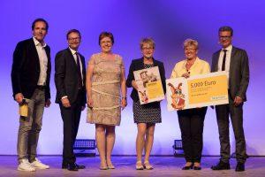 Verleihung des Kinderbibliothekspreises 2016 (von links): Moderator Thomas Ohrner, Vorstandsvorsitzender Bayernwerk AG Reimund Gotzel, Mathilde Grüdl, Birgit Böhm, Gabriele Weber, Staatssekretär Bernd Sibler. Foto: Bayernwerk AG